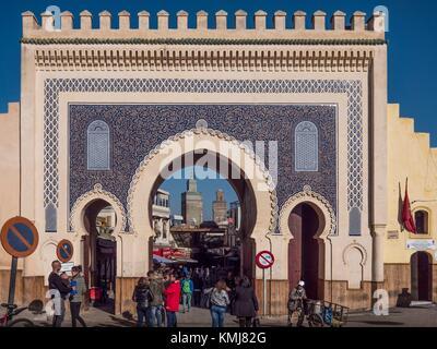 Il Marocco, Fes, Bab Bou Jeloud (o il Bab Boujeloud; inglese: il Blue Gate) è un cancello che conduce alla vecchia Foto Stock