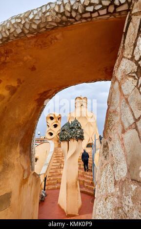 Camini sul tetto di Casa Mila, La Pedrera edificio, Antoni Gaudi, Barcellona, in Catalogna, Spagna Foto Stock
