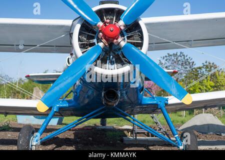 Un biplano colore blu parte anteriore vista da vicino Foto Stock