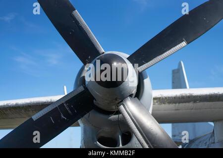 Vecchio arrugginito aereo elica, vista da vicino Foto Stock