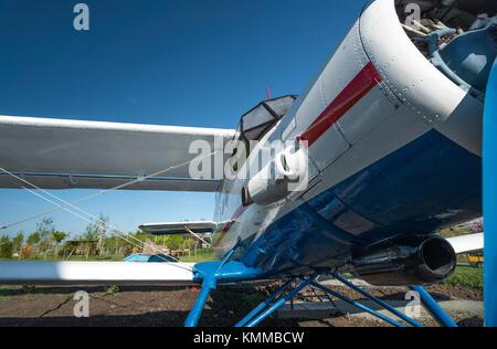 Bianco e blu biplanare vista anteriore vista da vicino Foto Stock