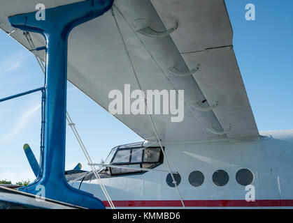 Bianco e blu laterale biplanare vista da vicino Foto Stock