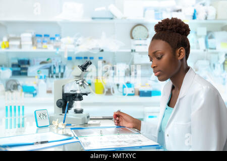 Scienziato africani, medico lavoratore, tech o studente laureato lavora in un moderno laboratorio biologico