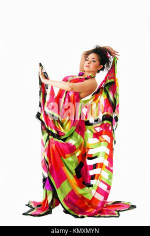 Volto umano e · Bella ispanica caucasica Latina modello moda donna che  indossa abiti colorati 3348c360b98