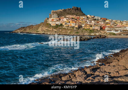 Fortezza dei Dioria, il castello medievale e la città di Castelsardo al promontorio sul golfo dell'Asinara, al tramonto, provincia di Sassari, Sardegna, Italia