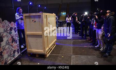 """Oslo, Norvegia. 09Dec, 2017. 9 dicembre 2017 - Apertura del famoso Hibako ''ATOMIC """" pianoforte presso Telenor Arena.un Foto Stock"""