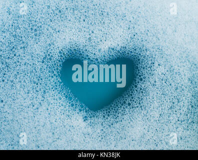 Forma di cuore creati al di fuori di schiuma di sapone. Foto Stock