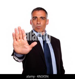 Ritratto di un ispanico imprenditore senior dando alta contro uno sfondo bianco. Foto Stock