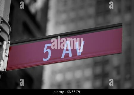 Fift avenue segno rosso 5 th Av New York Mahnattan USA. Foto Stock