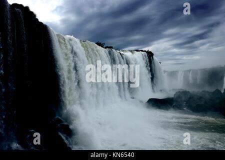 Nuvole temporalesche su Iguassu Falls Foto Stock