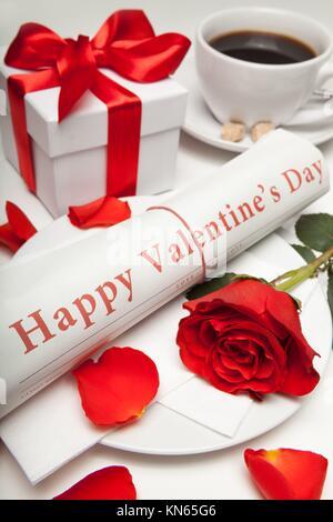"""'''''Buon San Valentino"""" giornale, red rose, presente casella e tazza di caffè."""