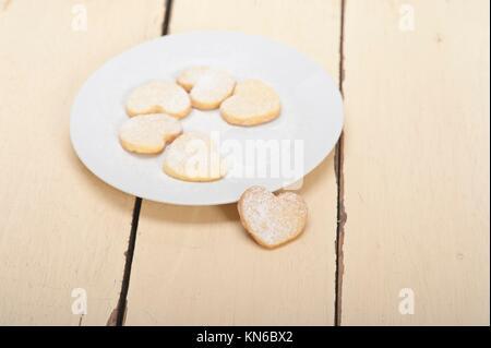 Freschi di forno a forma di cuore frollini il giorno di san valentino i cookie. Foto Stock