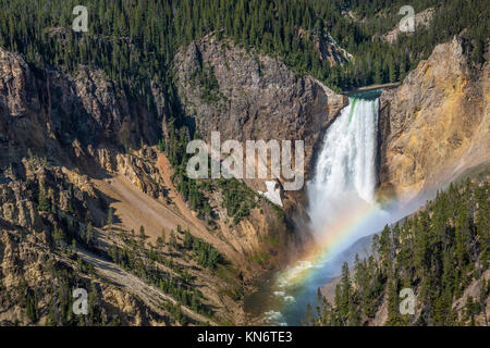 Le cascate Inferiori e rainbow dal punto di vedetta, Grand Canyon di Yellowstone River, il Parco Nazionale di Yellowstone, Wyoming negli Stati Uniti. Foto Stock