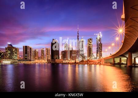 Vista di Dubai skyline del centro di notte Foto Stock