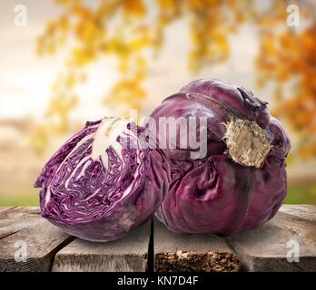 Cavolo viola sul tavolo su un sfondo della natura. Foto Stock