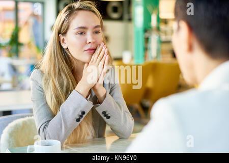 Bionda giovane imprenditrice nel Cafe Foto Stock
