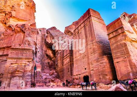 Rose Red Rock tomba pomeriggio cavalli Street di facciate Petra Giordania. Costruito dal Nabataens nel 200 A.C. Foto Stock