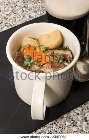 Dublino vizierà, una specialità irlandese in una tazza in ardesia. Foto Stock