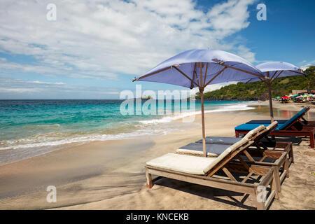 Lettini in affitto sulla spiaggia di sabbia bianca (Pantai Putih di polarizzazione). Manggis sottodistretto, Karangasem Foto Stock