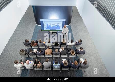 Istruttore di dare una lezione al pubblico in railway engineering facility Foto Stock