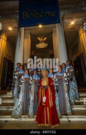 """Una tradizione del Carnevale di Venezia è la """" Festa delle Marie'' dove 12 belle ragazze veneziano indossando abiti Foto Stock"""