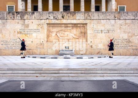 Evzones davanti alla tomba del Milite Ignoto in Piazza Syntagma Foto Stock