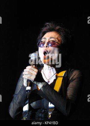 Yoko Ono in concerto presso il Pontins, Camber Sands, East Sussex. Questa prestazione è stata parte del 'Tutti domani Foto Stock