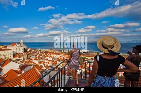Tourist, Santa Luzia Viewpoint, Miradouro de Santa Luzia, fiume Tago, quartiere di Alfama, Lisbona, Portogallo, Foto Stock