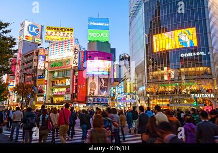 Incrocio di Shibuya di Tokyo Scena Notturna Foto Stock