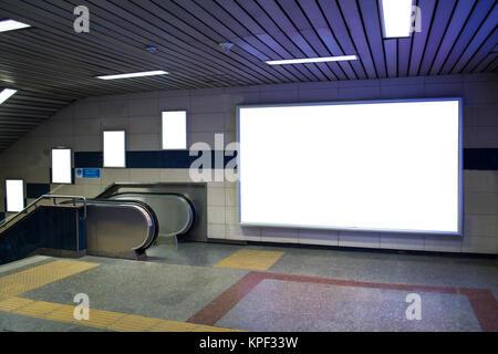 Tabellone vuoto accanto a escalator in metropolitana utile per la tua pubblicità Foto Stock