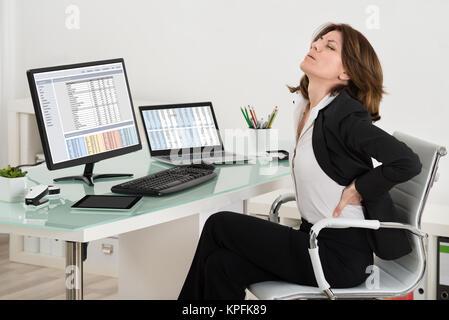 Imprenditrice che soffrono di mal di schiena in ufficio
