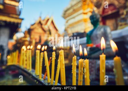 Buddista di Wat Phra That Doi Suthep Temple al tramonto. Turisti landmark preferiti in Chiang Mai, Thailandia. Foto Stock