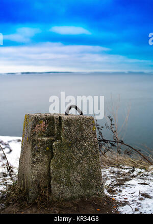 Verticale nord vivaci concreto elemento di fissaggio in metallo retro dello sfondo Foto Stock