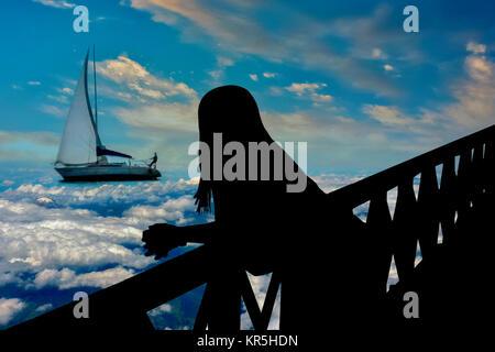 Silhouette di donna guardare la scena surreale Foto Stock