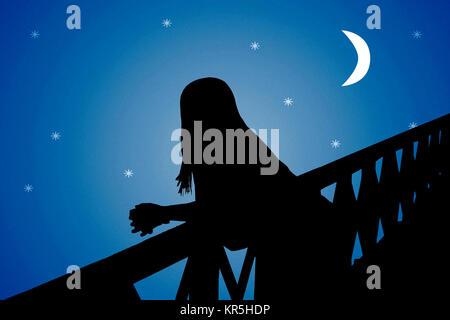 Silhouette di donna sul ponte Foto Stock
