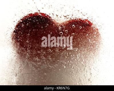 Cuore rosso incorporato in ghiaccio Foto Stock