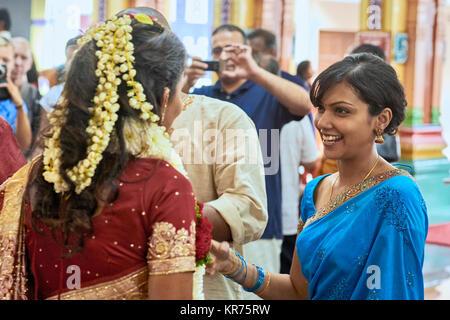 Sorridente donna indiana durante una cerimonia di impegno a Sri Mahamariamman Temple a Kuala Lumpur in Malesia Foto Stock