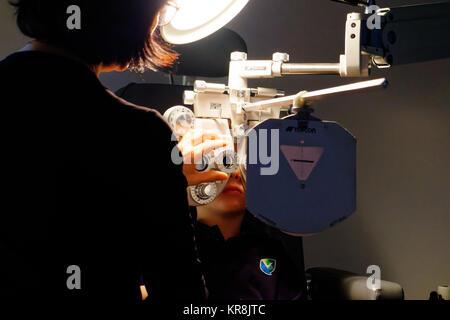 Un giovane ragazzo (5 yr old) avente la sua prima prova di occhio