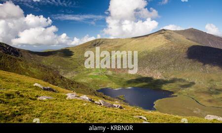 Brandon Mountain sorge sopra i laghi della Valle Owenmore formante la vista spettacolare dal vertice dell'Connor Foto Stock