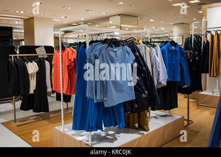 de9b6edd2dfb Le donne negozio di abbigliamento interni interni illustrazione ...
