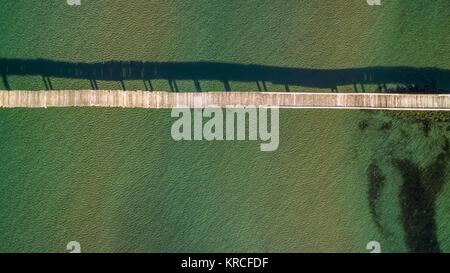 Antenna fuco immagine di un molo in legno in mare. Foto Stock