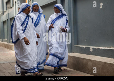 Suore Missionarie della Carità e le suore a piedi fuori la madre della casa in Kolkata, India Foto Stock