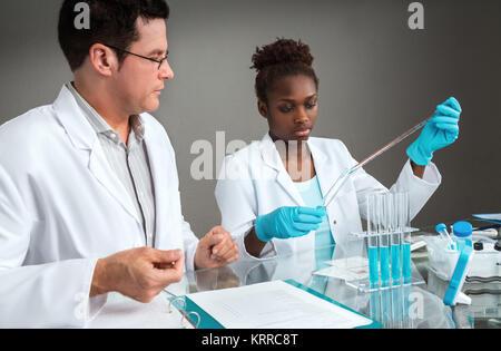 Gli scienziati a lavorare. Focus sulla donna africana scienziato o tech. Foto Stock