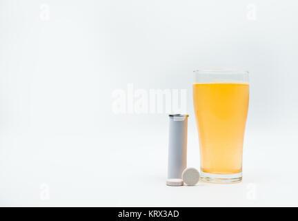 Compresse effervescenti tubo con etichetta in bianco e arancione bolle effervescenti di calcio e vitamina C in vetro Foto Stock
