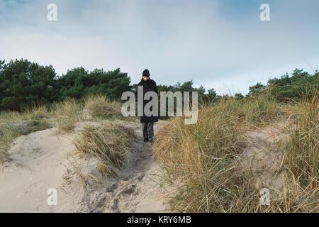 Donna in piedi sulla duna di sabbia in Austre, Svezia Foto Stock