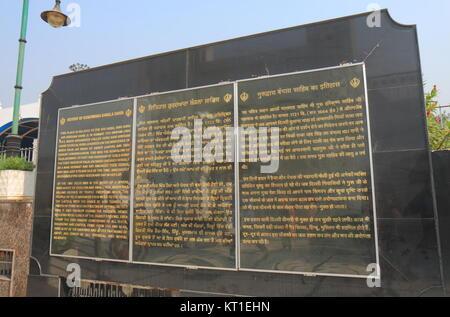 Scheda di informazioni a Gurudwara Bangla Sahib tempio in New Delhi India Foto Stock