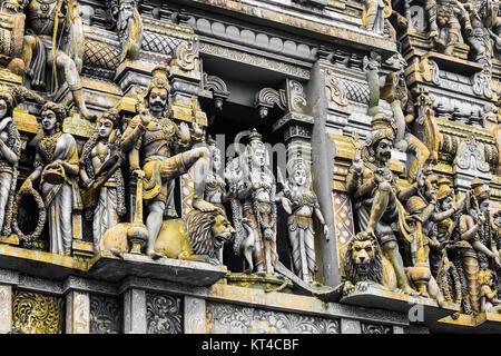 Primo piano i dettagli sulla torre di un tempio indù dedicato a Shiva in Colombo, Sri Lanka. Foto Stock