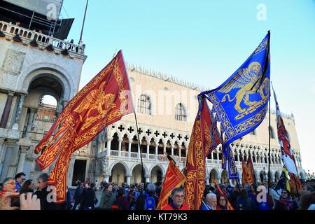 Bandiere di Venezia al Venetian Indipendenza di dimostrazione Foto Stock