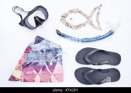 Spiaggia di vari accessori per lo snorkeling su sfondo bianco. Vacanze e viaggi, il mare e gli elementi dell'oceano, Foto Stock