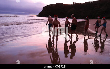 Il re Edward's Bay nuotatori godere di un giorno di Natale Dip all'alba, al King Edward's Bay, Newcastle. Foto Stock